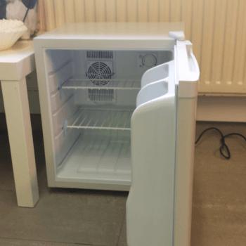 Donatie van koelkast voor asiel